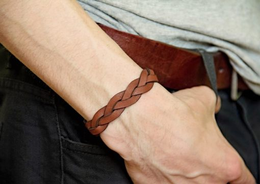Verge leather plaited bracelet brown on hand